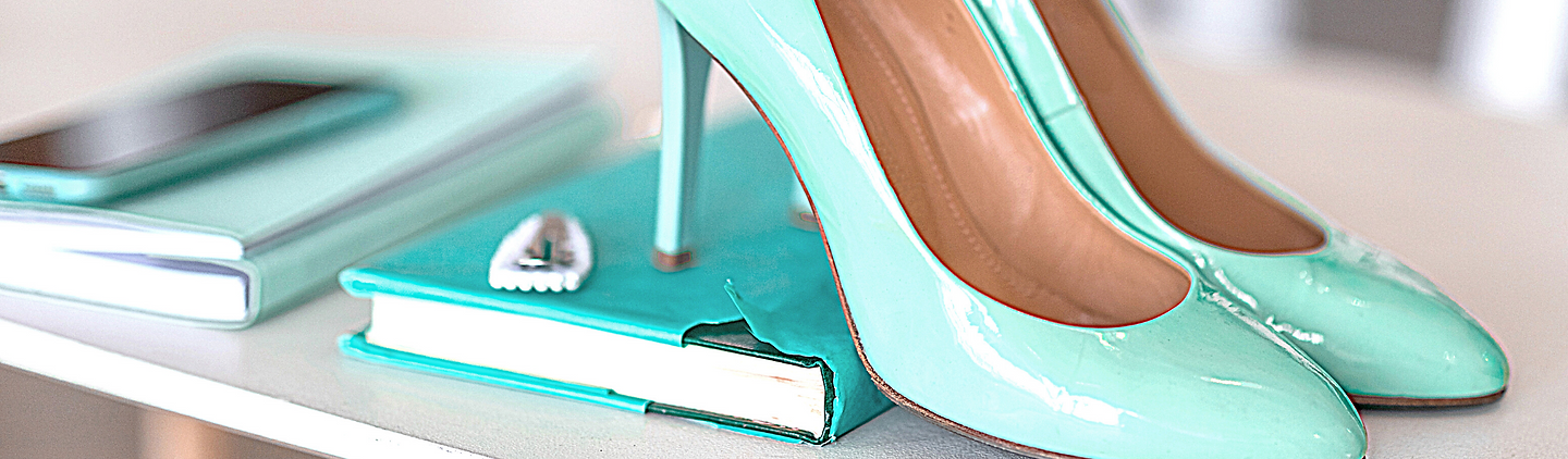 Turquoise shoes.png