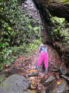 Reinigungsritual am Wasserfall im Amazonas von Ecuador