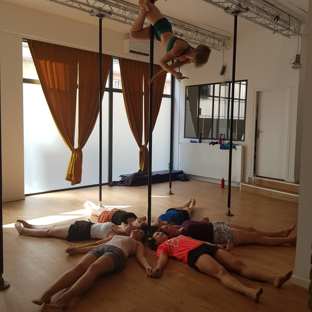 cours groupe pole dance lyon.jpg