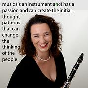 Dorothea Hermmann, Klarinettistin, sie lacht und freut sich mit ihrer Klarinette