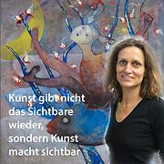 Anna Bieler, Malerin. Vor ihrem Bild mit Fischen, schwimmenden Menschen