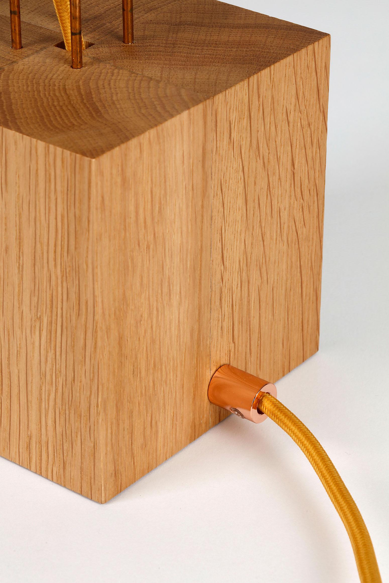 Lampe Olea, Millie Baudequin, détail socle chêne, serre fil cuivré.