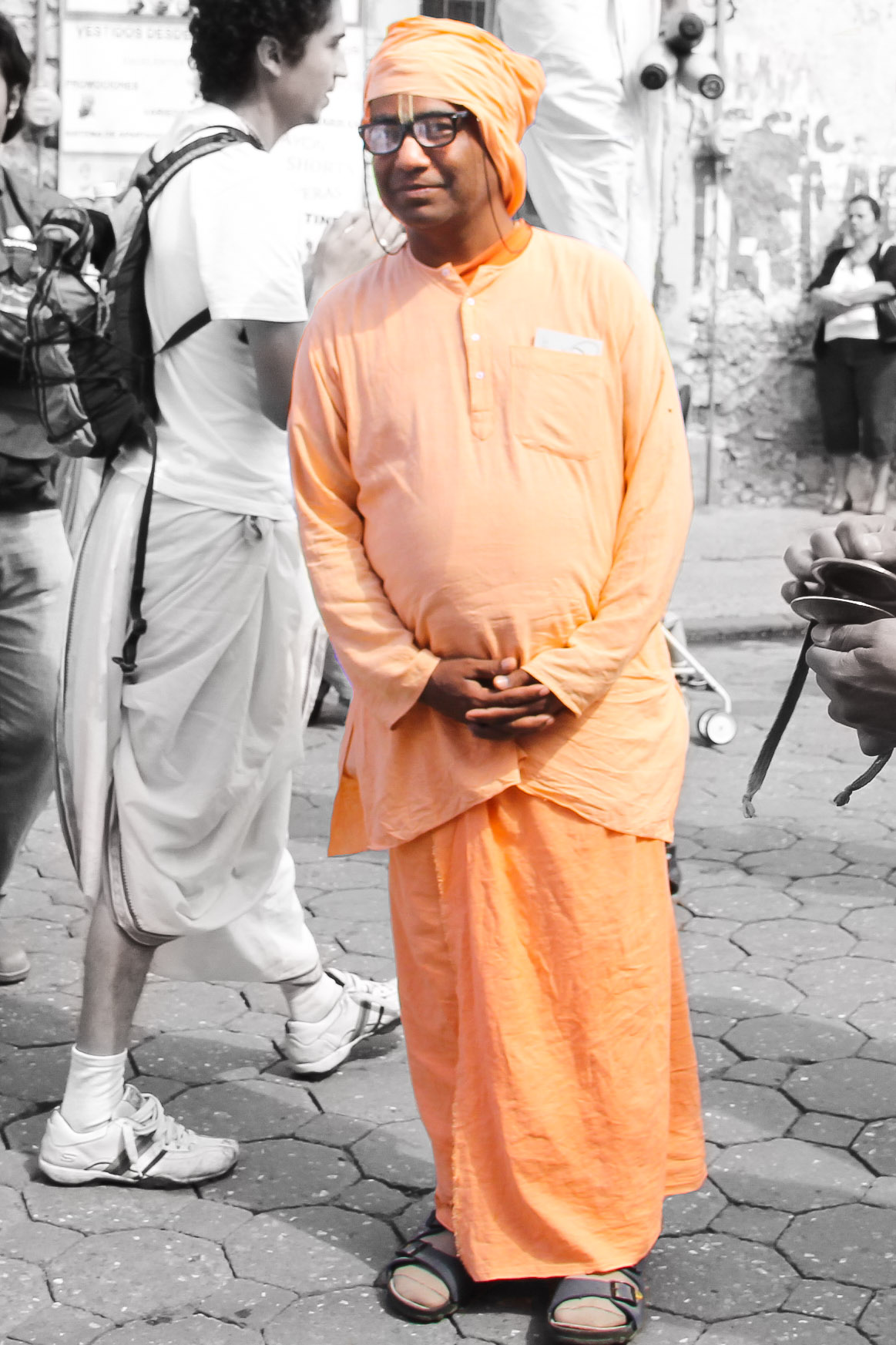 Gurudev_standing-1