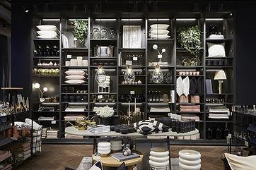 Boutique déco noire avec grande étagère