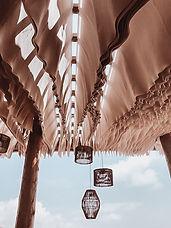 Pergola avec tissus qui ondulent au vent
