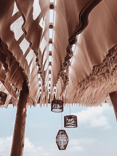 Toiture de pergola en tissus qui bougent au vent