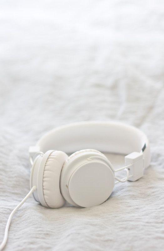 casque de musique blanc sur un drap blanc