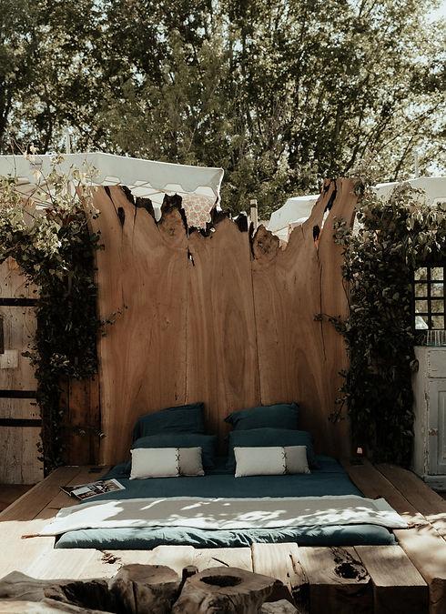 Ambiance de chambre sur une terrasse en bois