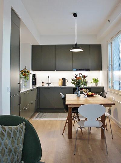 Tummanvihreä keittiö