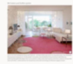 WohnDICH - Lebensraum-Entwicklung - Downloads: Mit Farben und Stoffen spielen -Es muss nicht unbedingt eine Scheune oder Fabrik sein, auch kleinere Wohnungen können als Loft gestaltet werden. Diese Düsseldorfer Wohnung wurde beispielsweise im Loft Style gestaltet. In den großen,ineinanderfließenden Räume bestimmen weiße Wände das großräumige Wohngefühl. Mit kräftigen Farben und verschiedenen Textilien werden Akzente gesetzt und der Raum strkturiert. Auf diesem Bild sehen wir den Wohnbereich. Der Essbereich kann mit Vorziehen der Vohänge vom Wohnraum abgegrenzt werden.