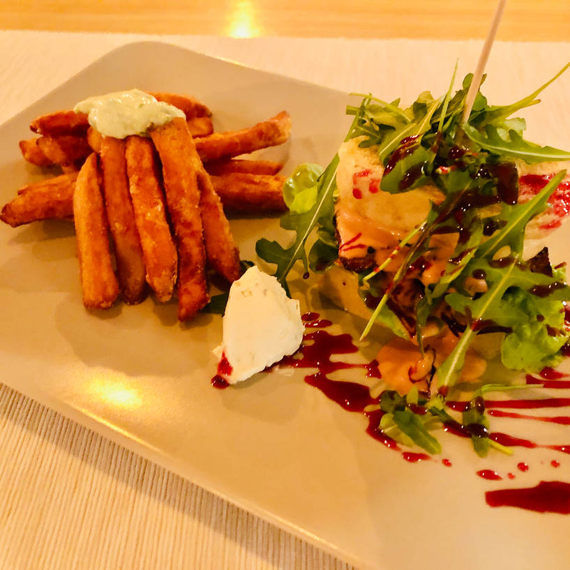 Böhmischer Zwerg, Stangenknödelburger mit Süsskartoffel- Pommes