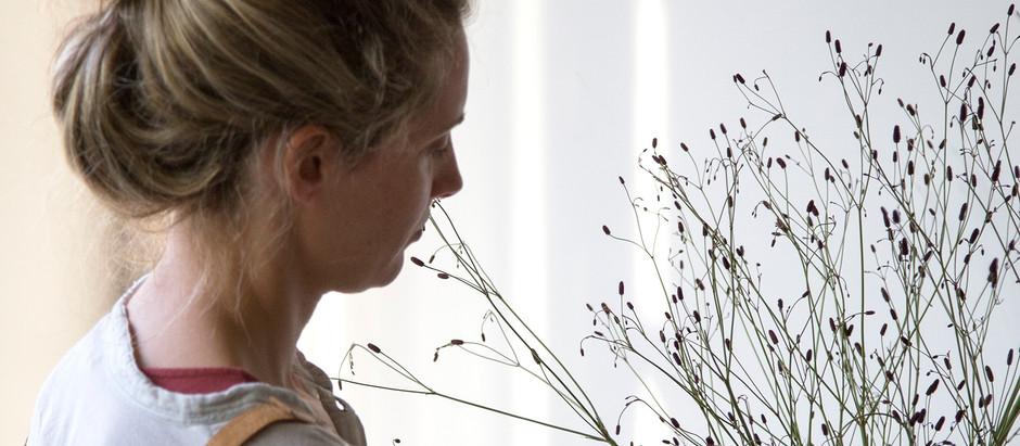 Sole Rivero, la escenógrafa que da pinceladas con flores