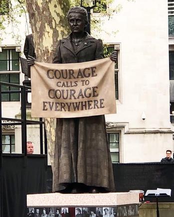 Entrée historique de la statue de Millicent Fawcett, de Gillian Wearing, sur la place du Parlement à
