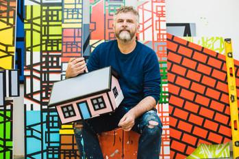 Richard Woods rétablit la vérité sur ses bungalow colorés, faux refuges pour migrants