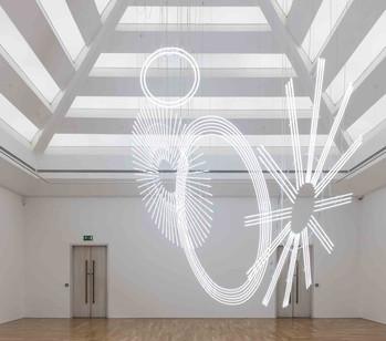 Cerith Wyn Evans installe un néon géant inspiré de Marcel Duchamp à Cardiff