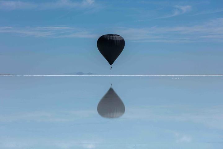 K-Hop! TomásSaraceno pulvérise le record du monde de vol en ballon, en collaboration avec le boyban