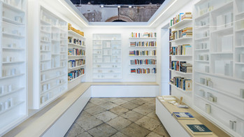 Après la Biennale de Venise, Edmund de Waal installe des milliers de livres d'artistes en exil au Br