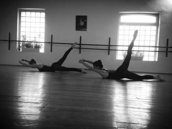 La barre au sol les bienfaits d 39 une discipline en for Exercices barre danse classique
