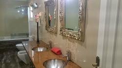 Cuarto_de_baño_totalmente_reformado_que_da_servicio_a_dos_habitaciones-Bathroom_completely_renova