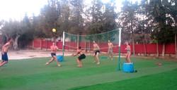 inquilinos jugando al voleyball