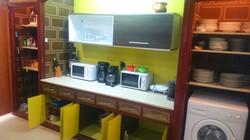 Armarios equipados con vasos, tazas y cubiertos suficientes para 30 personas-Cabinets equipped wi
