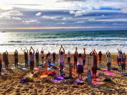 yoga-beach-newquay-inglaterra.jpg