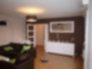 salle à manger, murs blanc et marron, coussin couleur pistache
