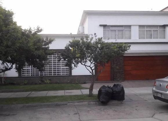 Hermosa casa como terreno en zona residencial de Miraflores
