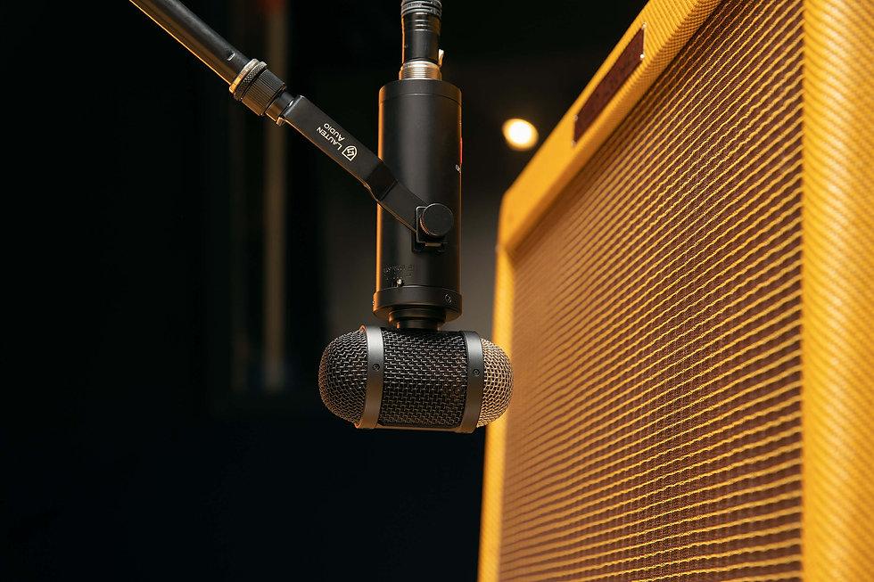 Lauten Audio LS-308 On Guitar Cab
