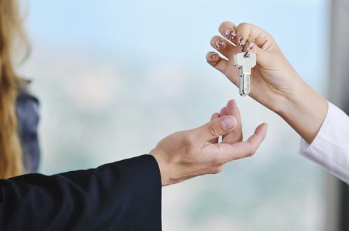 handing-keys