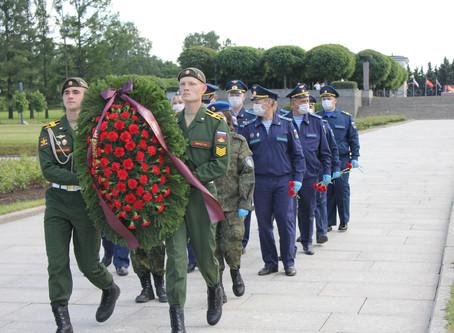 В День памяти и скорби на Пискаревском кладбище возложили цветы