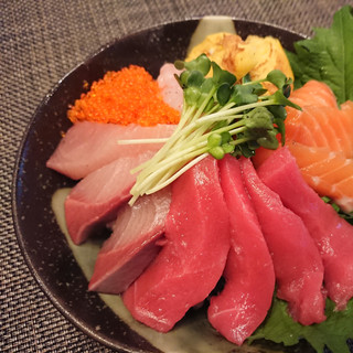 A BOWL OF RICE WITH SASHIMI ON TOP