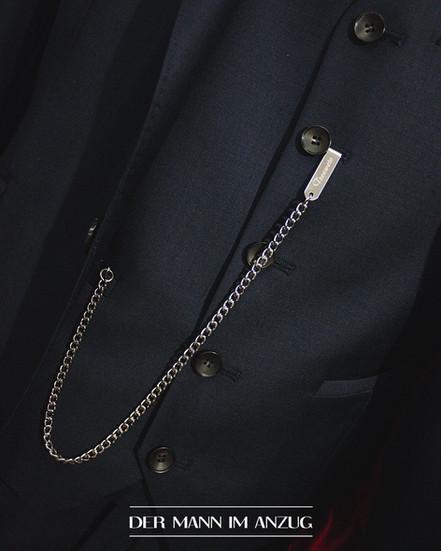 Anzug mit Accessoires