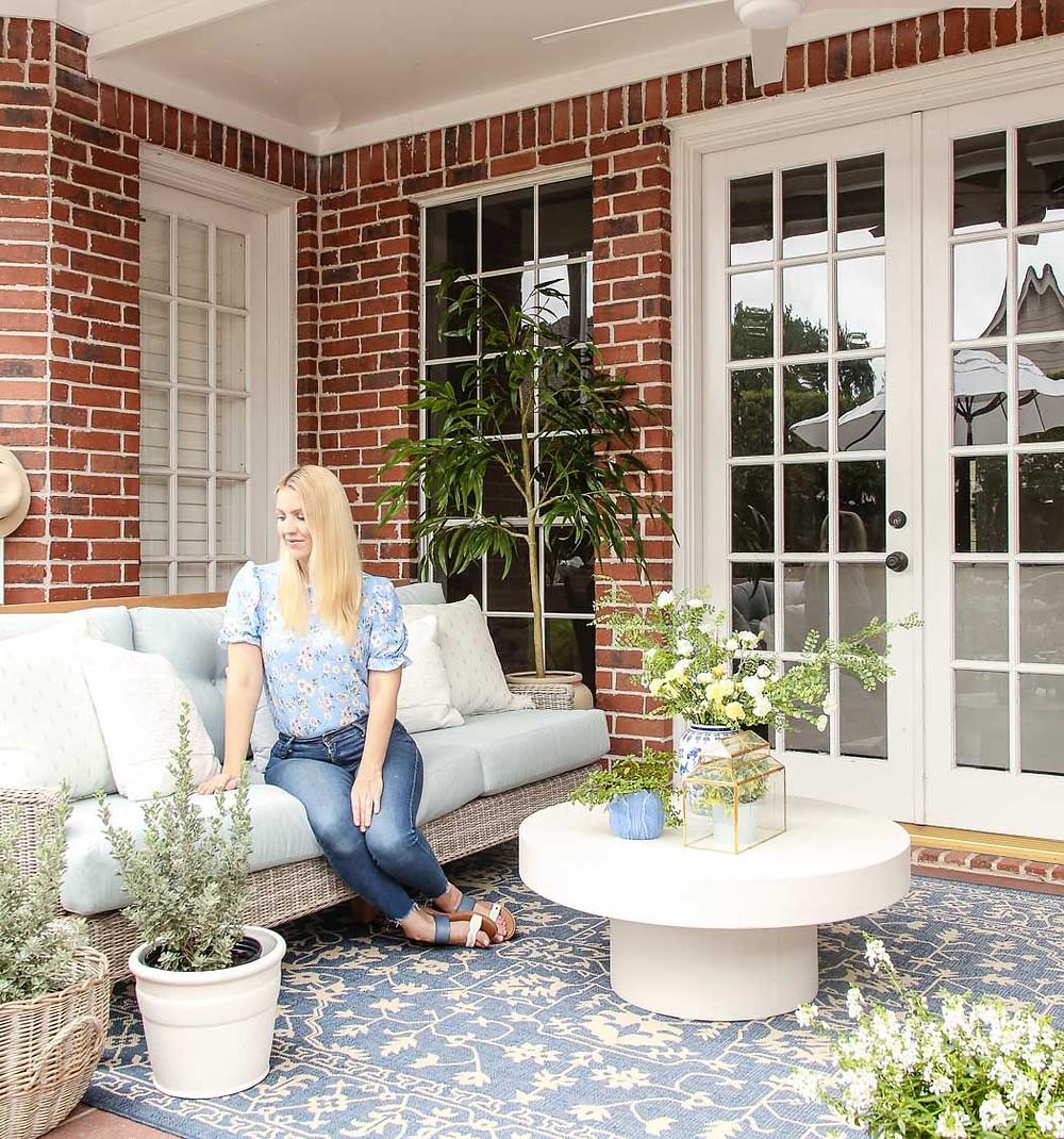 rooms to go patio hamptons cove sofa mist, blue outdoor rug, backyard makeover