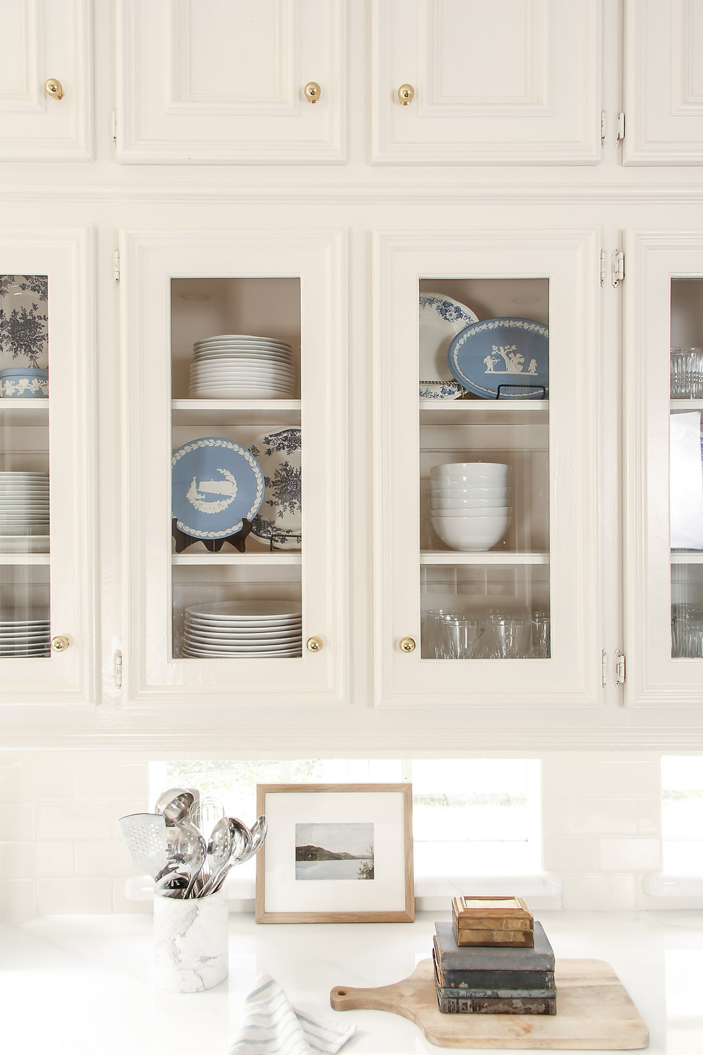 white and blue kitchen inspiration, wedgewood, white and blue plates