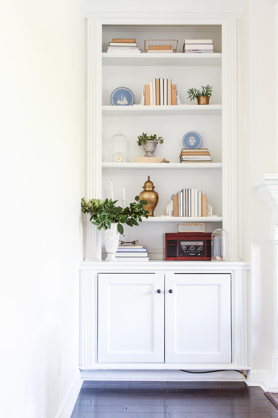 how to style a shelf, traditional grandmillenial shelf