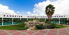 Vista de la entrada del aeropuerto de Jamaica