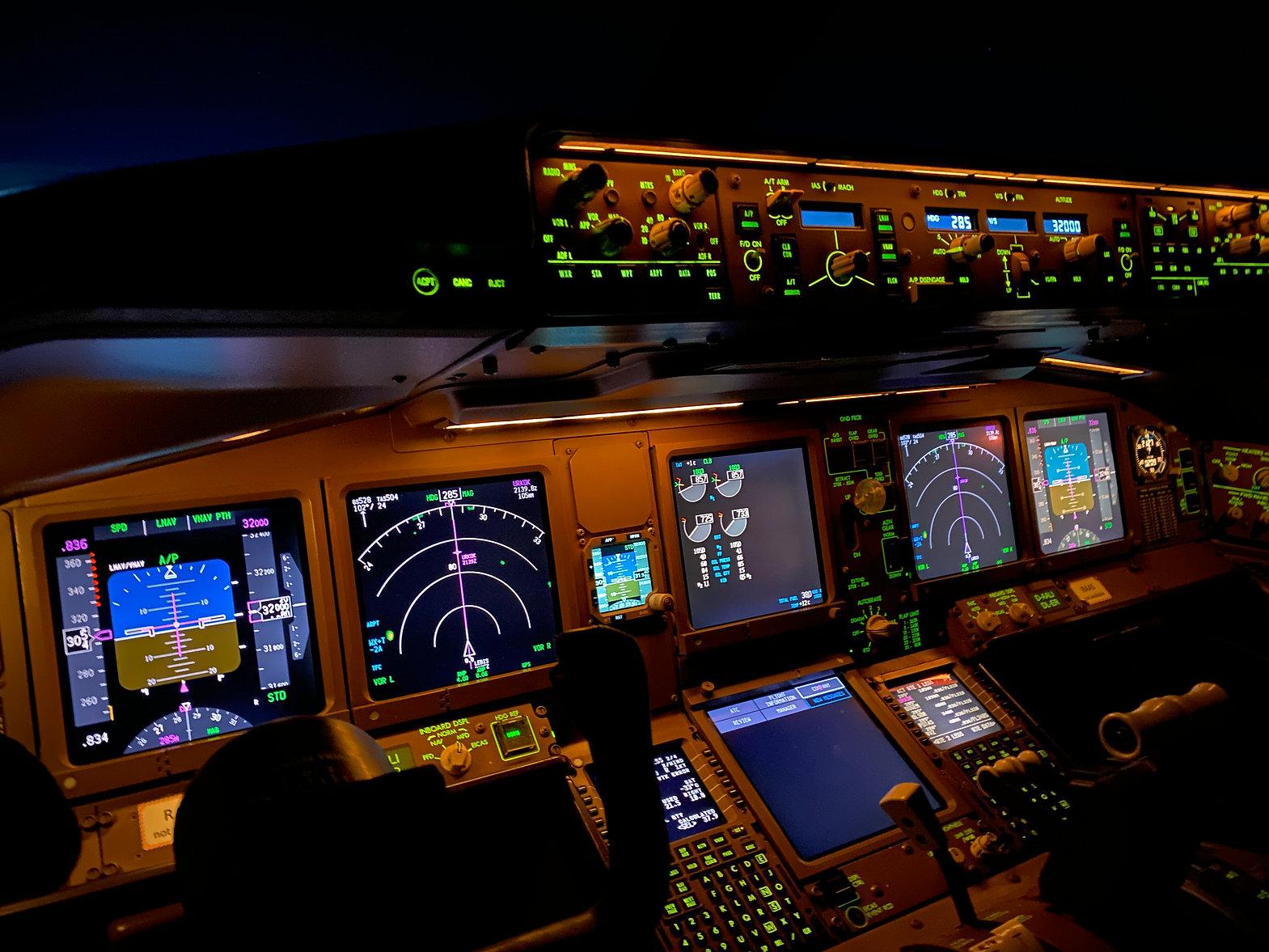 Cockpit B777.JPG