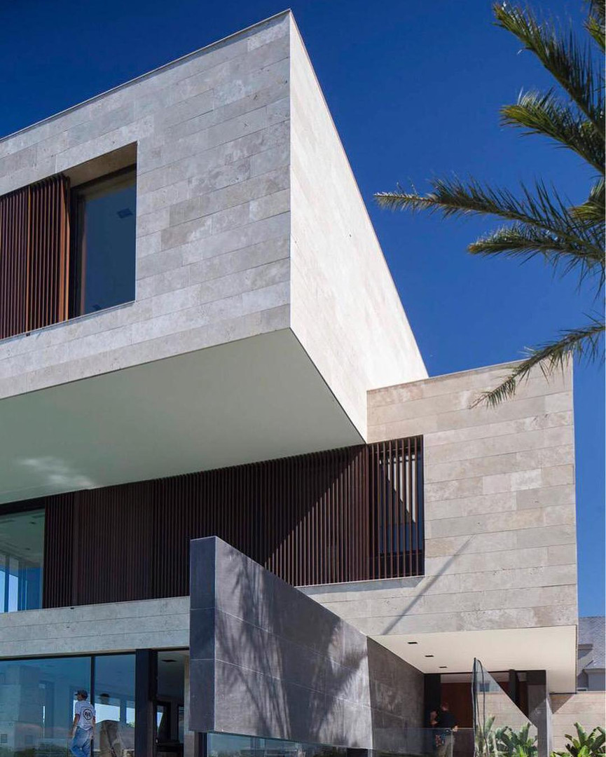 Fachada de travertino y Neolith Basalt B