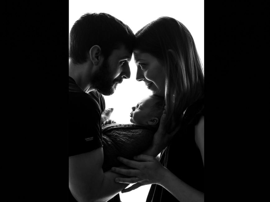 Séance nouveau-né   de Marius Noir et blanc séance artistique réalisé en Ariège par Joséphine