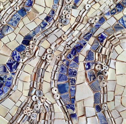 Mosaico feito com cacos de cerâmicas e cachimbos coletados a margem do rio Tamisa em Londres