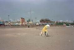 """18_<真假之間>動物系列之18  高雄.旗津海水浴場,1998。  20""""×24"""""""