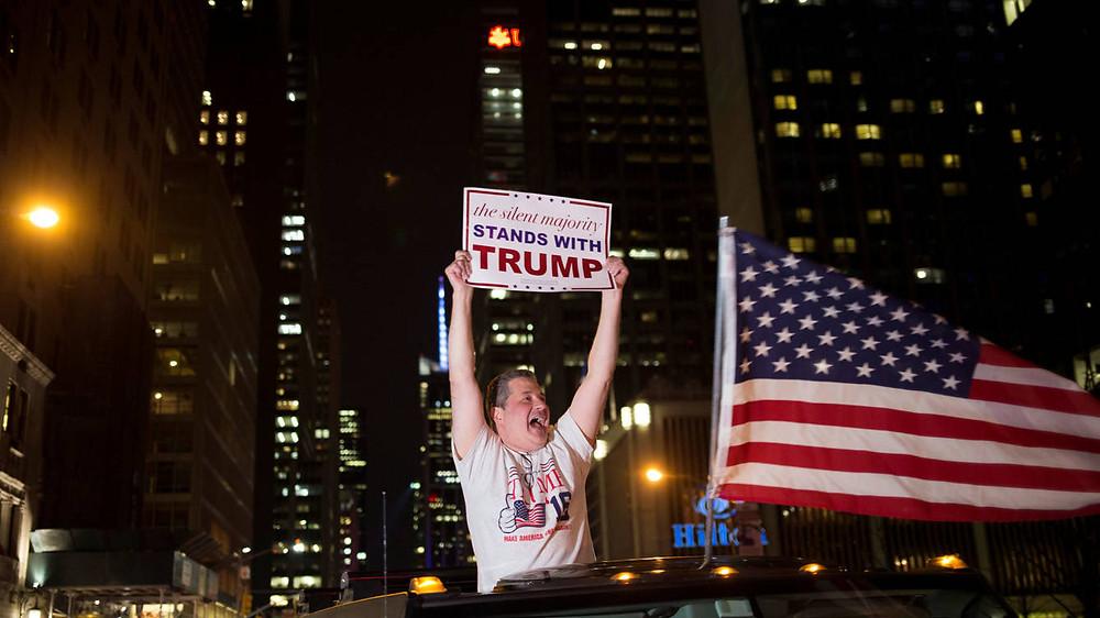 Un votante de Donald Trump celebra los resultados electorales en Nueva York, el 8 de noviembre de 2016 (Reuters).