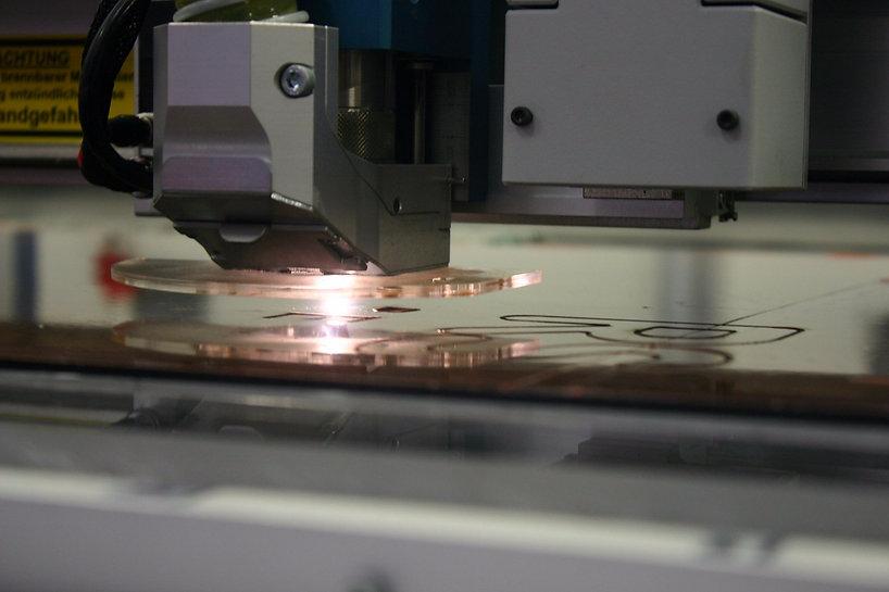 Herstellung für Produkte in der Werbetechnik wie Pylone, Frasbuchstaben und Leuchtbuchstaben