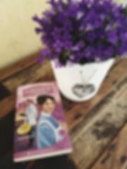 Bilde av Jordmor i Nidaros 1 - Ankomst og en blomsterpotte.