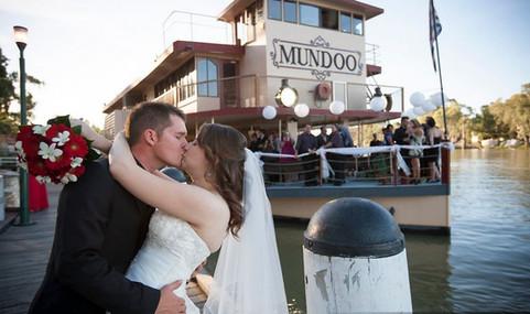 Mundoo kiss.jpg