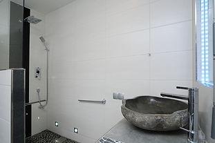 Bad, Waschtisch und Duschbereich.jpg