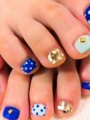 unas-pies-decoradas-con-puntos-piedra.jp