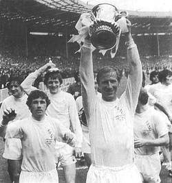 LEEDS UNITED 1972 F.A.CUP WINNERS Jack Charlton lifts the FA Cup