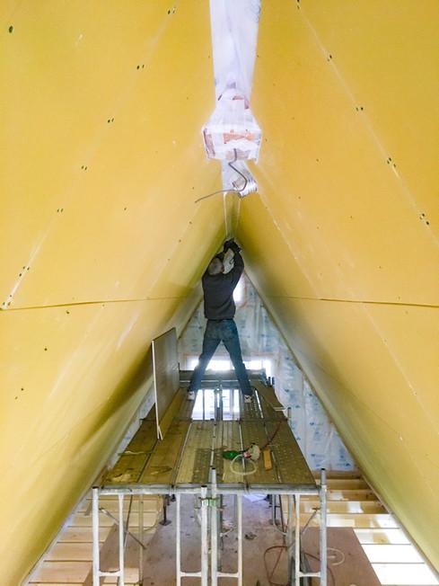 天井の石膏ボードを施工するお施主様
